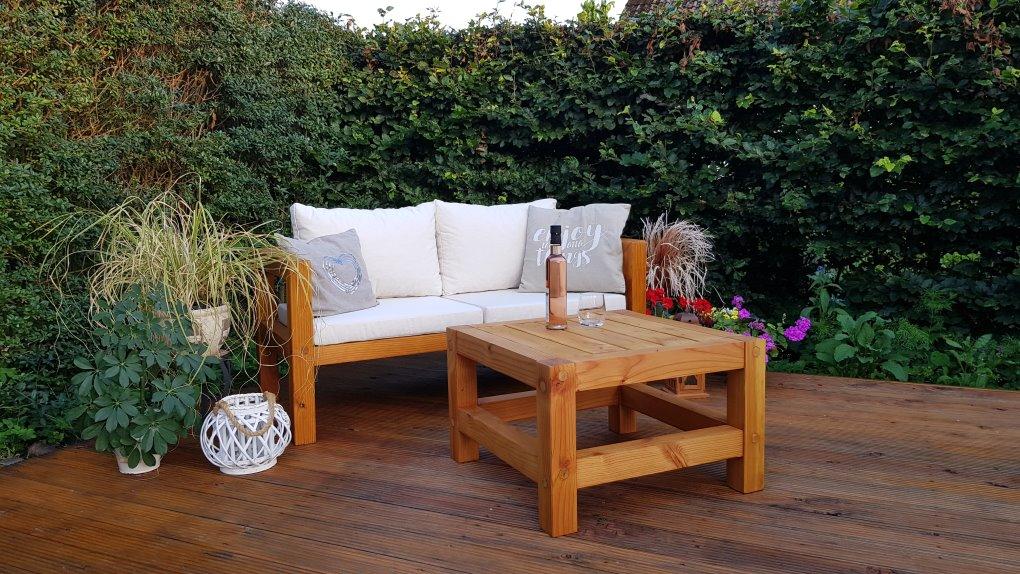 Moderner selbst gebauter Gartentisch mit moderner Gartenbank
