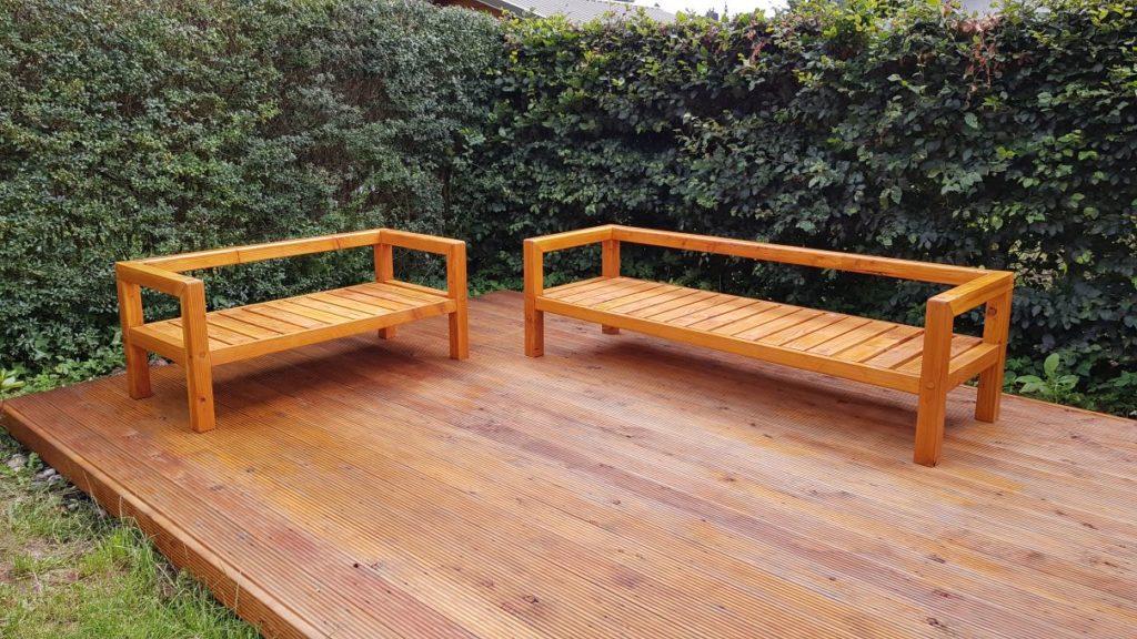 Eine 2 Sitzer und eine 3 Sitzer Gartenbank aus Holz