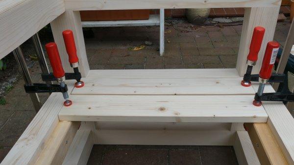 Die Sitzfläche des Gartenstuhls