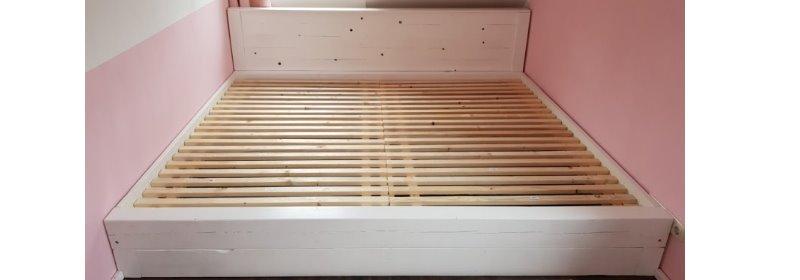 DIY selbst gebautes Bett aus Holz Balken